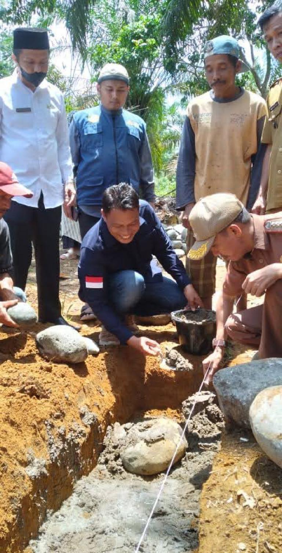 Wakil Ketua DPRD Pessel, Hakimin lakukan peletakan batu pertama pembangunan Musala Al Kadar, Rahul, Pessel, Senin (4/10). (Dok : Istimewa)