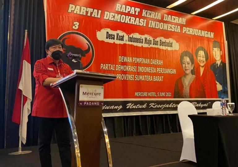 Ketua PDIP Sumbar, Alex Indra Lukman saat beri arahan dalam rakerda PDIP se Sumbar di Padang, Sabtu (5/6). (Dok : Istimewa)