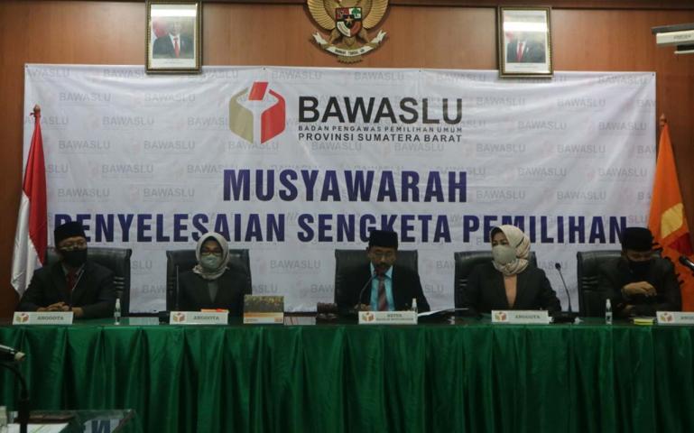 Musyawarah terbuka pemohon dan termohon dengan agenda penyampaian hasil kesimpulan masing-masing pihak di Bawaslu Sumbar, Rabu malam (12/8).(Dok : IStimewa)