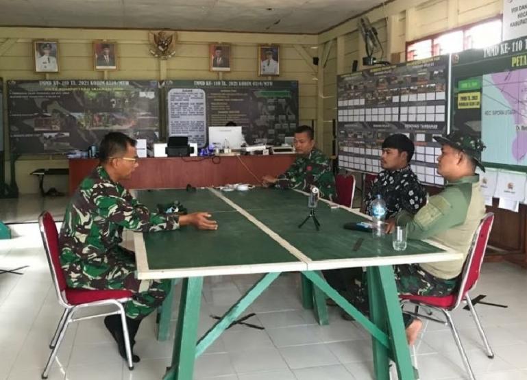 Dandim 0319/Mentawai, Letkol Czi Bagus Mardyanto saat mengunjungi posko TMMD ke-110 di Desa Bukit Pamewa, Kecamatan Sipora Utara. (Dok : Istimewa)