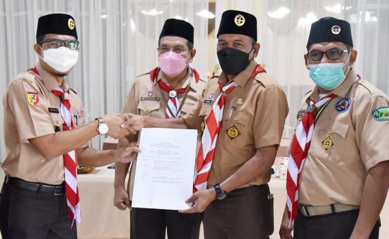 Kepala Dinas Kominfo Kota Pariaman, Hendri saat menerima mandat sebagai ketua Kwarcab 16 Pramuka Kota Pariaman dalam rapim diperluas, Selasa (8/6). (Dok : Istimewa)