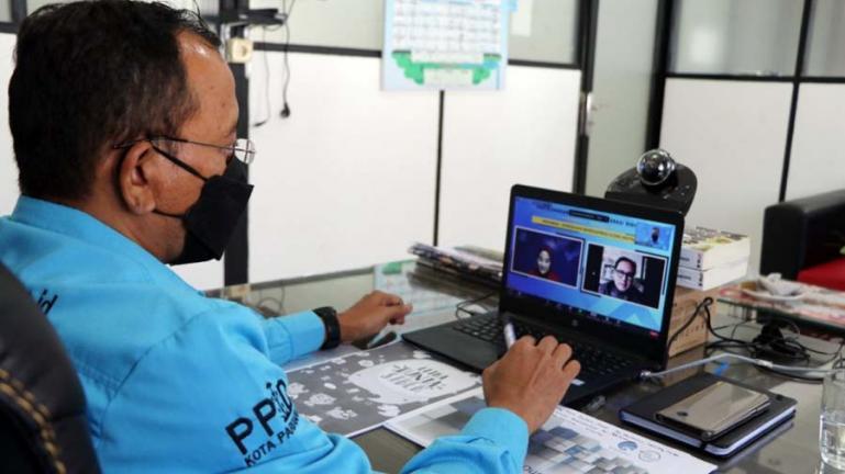 Kepala Dinas Kominfo Kota Pariaman, Hendri saat menjadi narasumber Webinar Gerakan Nasional Literasi Digital 2021 secara virtual, di ruang kerjanya, Kamis (1/7).