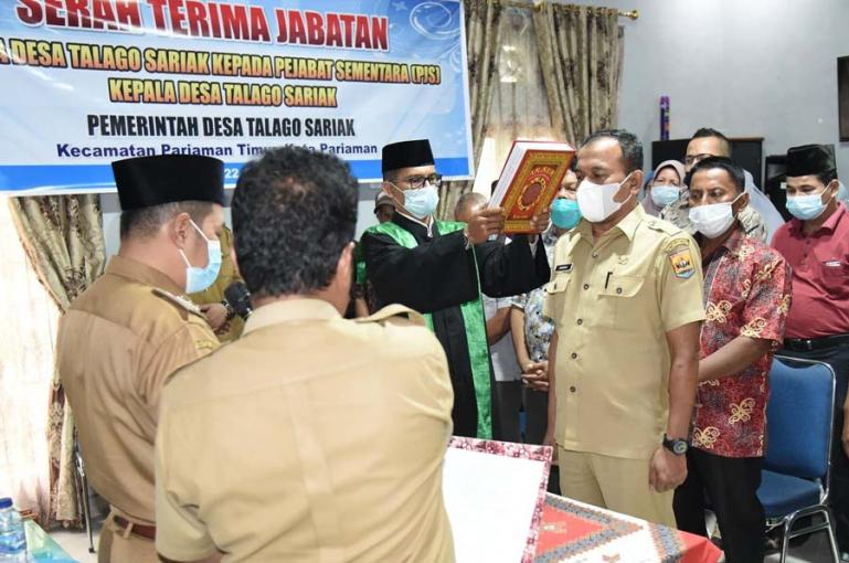 Hendri saat diambil sumpah saat ditunjuk sebagai Pjs Kepala Desa Talago Sariak, Selasa sore (22/6). (Dok : Istimewa)