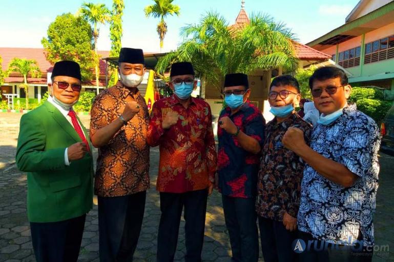 Wali Kota Padang, Hendri Septa bersama pengurus Perguruan Taman Siswa Padang seusai peringatan HUT ke-99 Taman Siswa, Sabtu (3/7). (Dok : Istimewa)