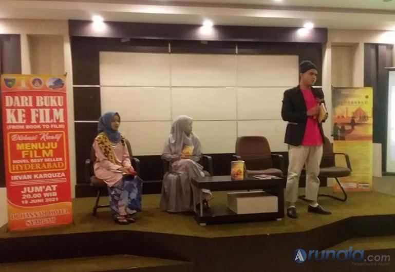 Novelis Irvan Karquza saat membagi menceritakan latar belakang hadirnya novel karangannya Hyderabad Book to Film di sebuah diskusi yang digagas Hipmi Pessel, Jumat (18/6). (Foto : Snm)