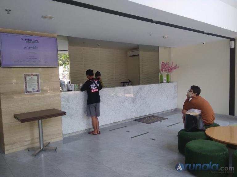 Petugas Hotel Whiz Prime Padang saat menerima tamu yang akan menginap di hotel itu, Kamis (9/4). (Foto :Dyz)