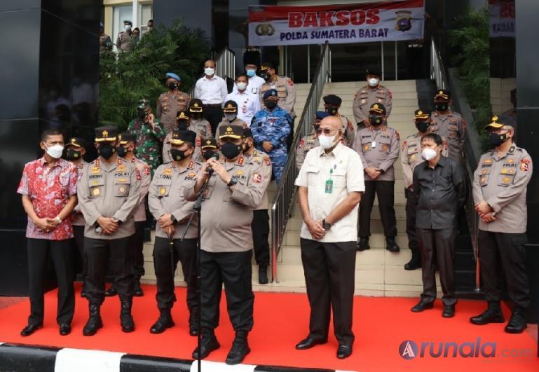 Wakapolri Komjen Pol Gatot Eddy Pramono saat penyerahan 1.000 paket bantuan sembako HTT Padang bekerjasama dengan Polda Sumbar, di Mapolda Sumbar, Rabu (4/8). (Dok : Istimewa)