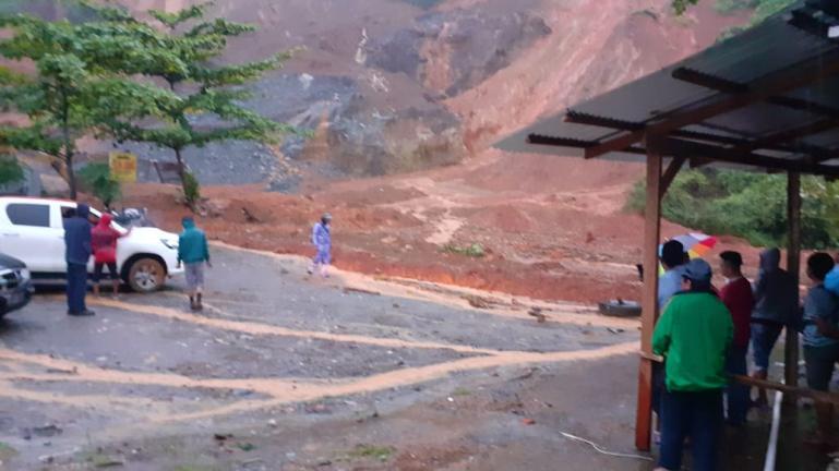 Kondisi tanah longsor yang menutupi Jalan Padang-Painan tepatnya di ruas Kelok Jariang Bungus Teluk Kabung, Kamis pagi (10/9). (Dok : Istimewa)