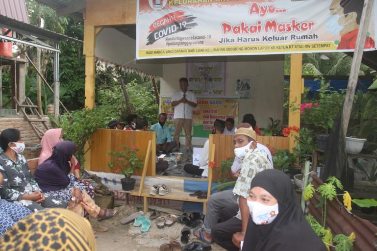 Cawagub Indra Catri (IC) saat silaturahmi dengan masyarakat Surau Balai Anduriang, Kuranji, Padang, Jumat (16/10). (Dok : Istimewa)