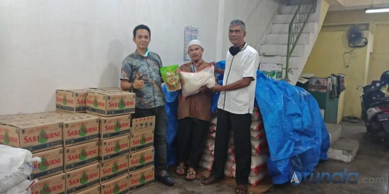 ketua IKEPIKA Padang, Ali Akbar serahkan bantuan sembako pada buruh angkat belakang Belakang Plaza Andalas, Senin (20/4). (Foto : Amz)