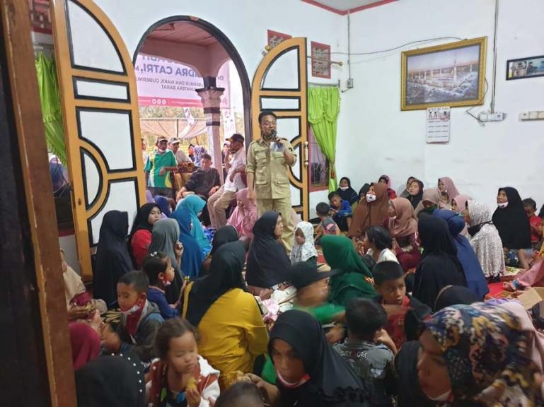 Calon Wakil Gubernur nomor urut 2 Indra Catri bersilaturrahmi dengan warga di Jorong Galagah Tangah Kuning, Nagari Muaro Paneh, Kecamatan Bukit Sundi, Kabupaten Solok, Rabu (18/11).