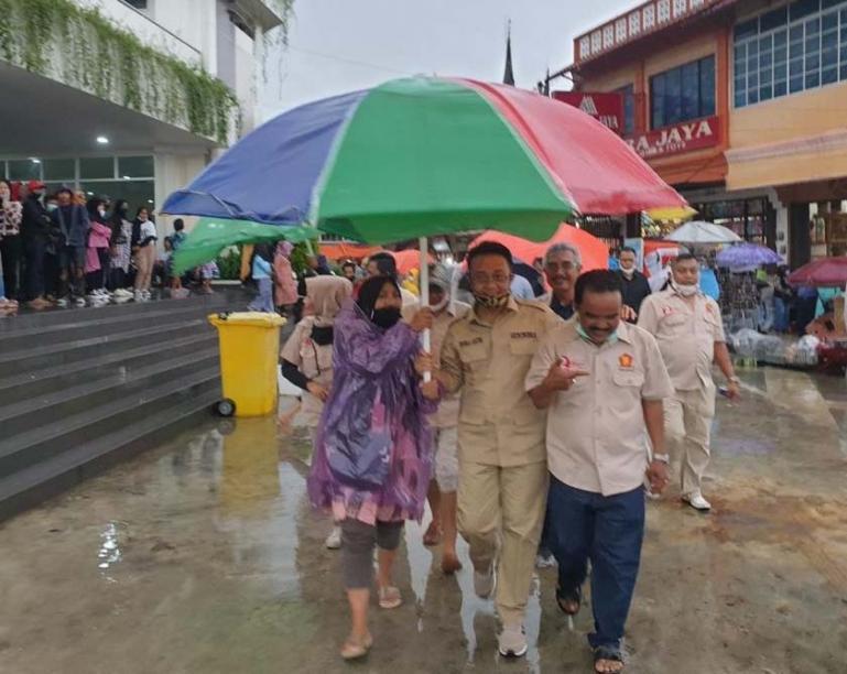 Mengenang masa-sama SMA, Cawagub Sumbar Indra Catri mengunjungi Pasar Atas Bukittinggi, Sabtu (7/11). (Dok : Istimewa)