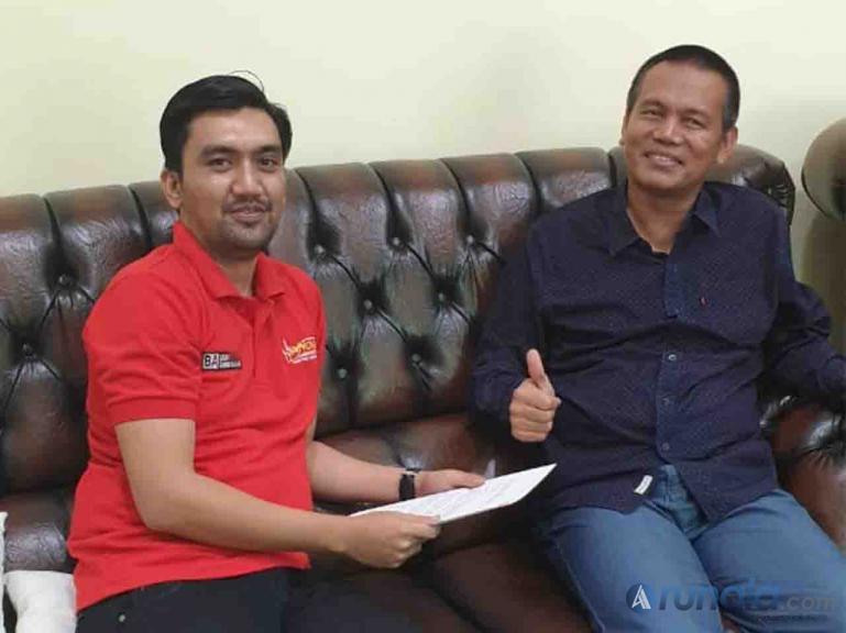 Sekretaris Panitia Kopdar Akbar Innova Community se- Sumatera Zulfakhri bersama Wali Kota Pariaman Genius Umar saat silaturahmi, Minggu siang (8/3). (Foto : dyz)