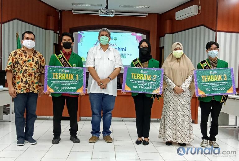 Para pemenang bersama Warek III Unand Insannul Kamil setelah pengumuman pemenang Pilmapres Unand 2021, Kamis (3/6). (Foto : Arzil)