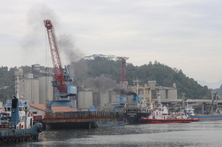 Pelabuhan Teluk Bayur dalam sebuah aktifitas bongkar muat. (Foto : Dok. IPC Teluk Bayur)