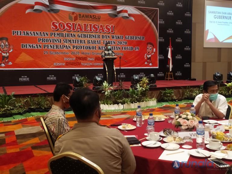 Gubernur Irwan Prayitno beri arahan pada paslon gubernur dan wakil gubernur untuk taati protocol kesehatan, di sosialisasi yang diadakan Bawaslu Sumbar, Jumat (25/9). (Foto : Amz)