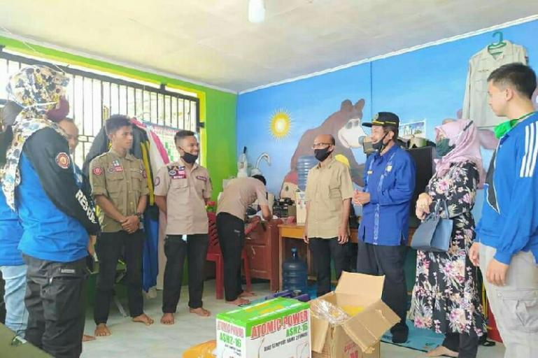 Anggota DPRD Sumbar dari Partai Demokrat, Irzal Ilyas serahkan bantuan alat pencegah penyebaran Covid kepada Tagana Kota Solok, Rabu (13/5). (Foto : Istimewa)