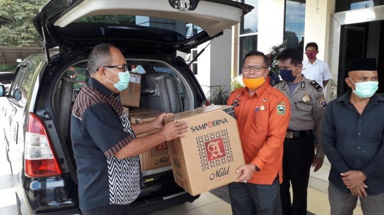 Is Prima Nanda saat serahkan bantuan APD dan lainnya bagi Gugus Tugas Covid-19 Kabupaten Solok, Rabu (29/4). (Foto : Istimewa)