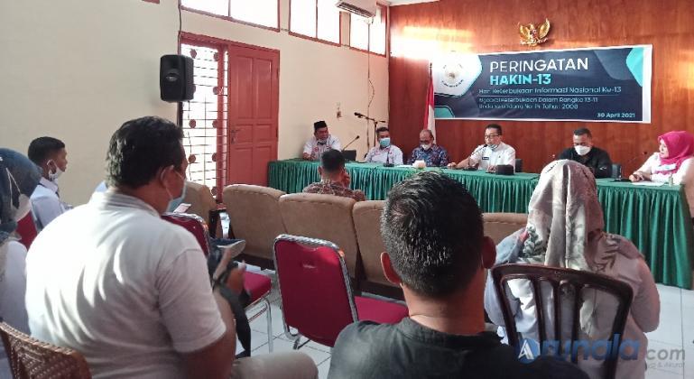 Suasana diskusi Keterbukaan Informasi Publik yang digelar KI Sumbar di kantornya, Jumat (30/4). (Foto : Arzil)