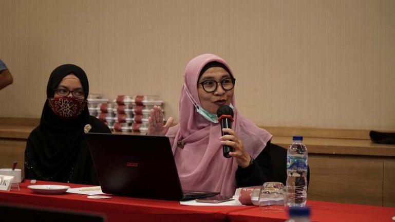 Wakil Rektor II ITP Yusreni Warmi mempresentasikan pengelolaan keterbukaan informasi publik di kampusnya kepada tim penelis KI Sumbar, Kamis (12/11). (Dok : Istimewa)