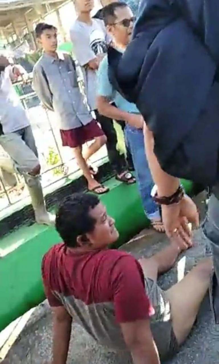 Izet, terduga pelaku pemalakan yang sempat viral di medsos saat berhasil ditangkap jajaran Polda Sumbar di Kabupaten Tanah Datar, Kamis pagi (15/7). (Dok : Istimewa)