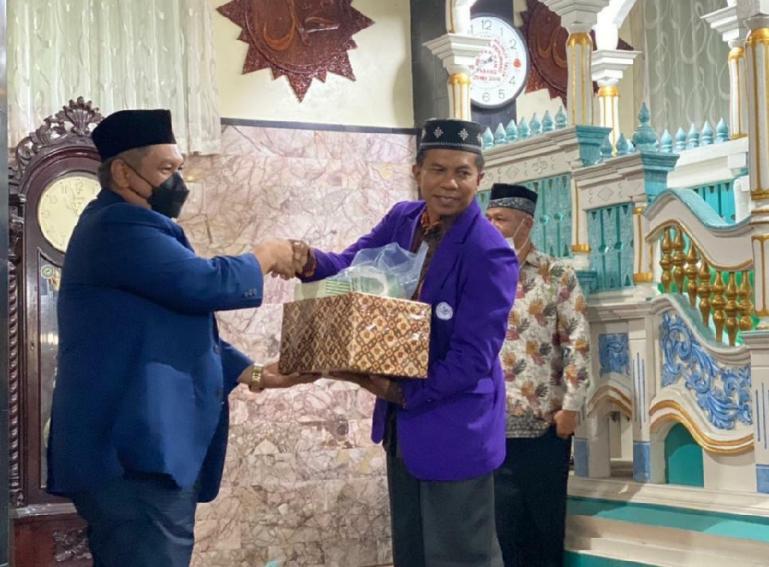 Ketua Bappilu DPW NasDem Sumbar, Ardyan serahkan bantuan kepada pengurus Masjid Jamik Bukittinggi saat lakukan Safari Ramadan, Sabtu (17/4).