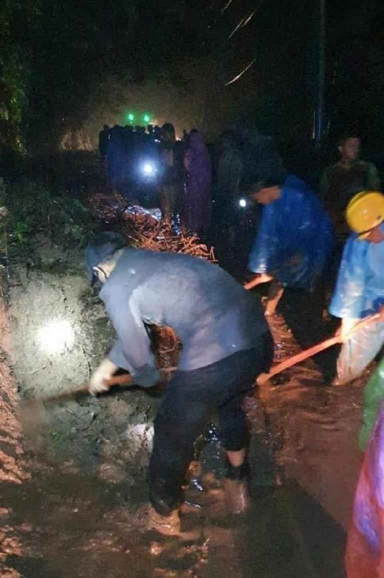 Jajaran Polsek Tapan bersama warga membersihkan material longsor yang terjadi di ruas Jalan Jangki Ayam, Sako, Tapan pada Minggu malam (16/5). (Dok : Istimewa)