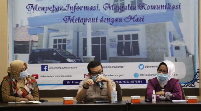 Kadis Kominfo Sumbar Jasman Rizal saat membuka acara silaturahim Dharma Wanita Diskominfo Sumbar, di Padang, Selasa (26/1). (Dok : Istimewa)