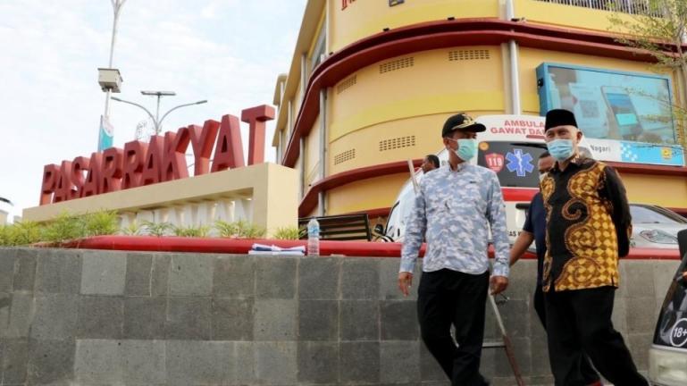 Wali Kota Genius damping Gubernur Sumbar, Mahyeldi Ansharullah saat meninjau pasar rakyat yang akan diresmikan Wapres Ma'ruf Amin, Minggu sore (4/4). (Dok : Istimewa)