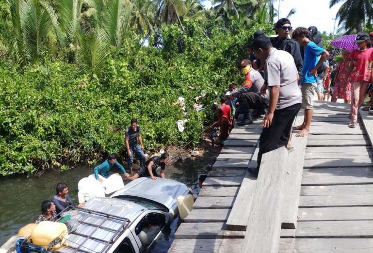Warga bersama-sama melakukan evakuasi mobil yang terjun ke sungai akibat ambruknya jembatan di Desa Nemnem Leleu Mentawai, Selasa (5/1). (Dok : Istimewa)