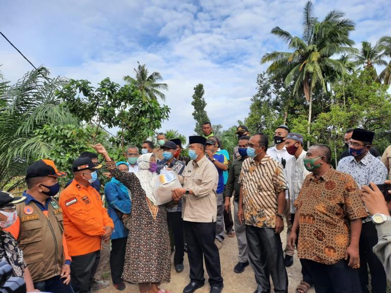 Wakil Gubernur Nasrul Abit dan rombongan saat meninjau masyarakat yang terdampak banjir bandang di Kecamatan Sungai Aur, Kabupaten Pasaman Barat, Kamis (17/9) kemarin. (Dok : Istimewa)