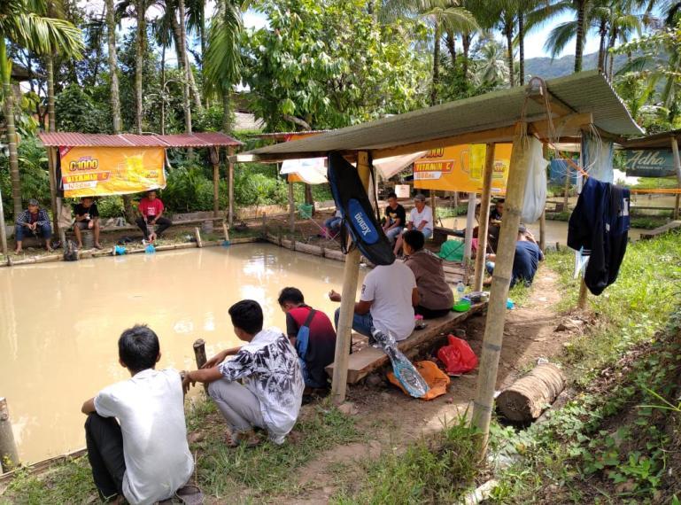 Para pemancing antusias ikuti lomba mancing yang didukung Joss C-1000 di Kolam Pancing Saudara, Tanahgaram, Kota Solok, Minggu (13/9). (Dok : Istimewa)