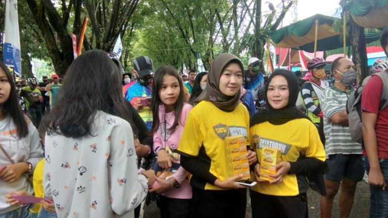 Dua SPG PT Bintang Toedjoe mempromosikan Joss C-1000 saat Gowes Siti Nurbaya Adventure, Minggu (16/8) lalu. (Dok : Istimewa)
