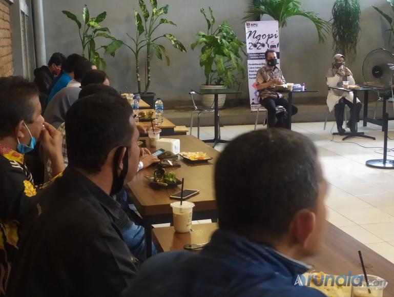 Anggota KPU Sumbar Gebril Daulai saat paparkan proses pendaftaran bapaslon yang dibuka KPU pada Jumat (4/9) ini kepada awak media, Kamis (3/9). (Foto : Amz)