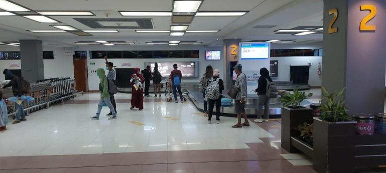 Para penumpang yang turun di BIM sedang menunggu barang bawaannya di bagian bagase BIM. (Foto : Dok AP II KC BIM)