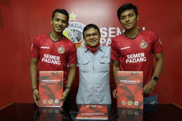 Leo Guntara, Irsyad Maulana bersama CEO PT KSSP Hasfi Rafiq saat dipinjam oleh Semen Padang FC musim lalu. (Dok : Istimewa)