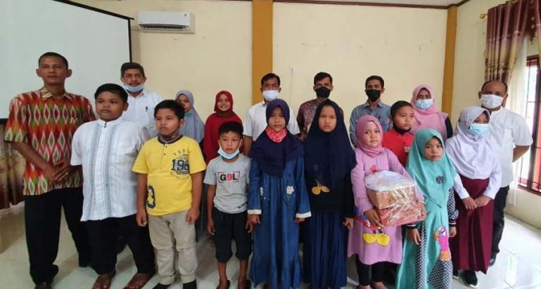 Kades Cimparuah, Maifialdi, Berfoto Bersama Dengan Anak-Anak Yang Menerima Bantuan Seperangkat Peralatan Sekolah, Rabu (30/12). (Dok : Istimewa)