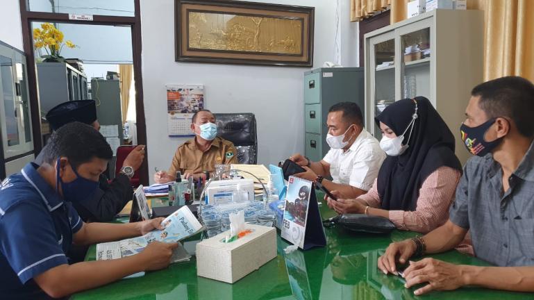 Panitia workshop keterbukaan informasi publik FJKIP Sumbar saat bertemu Kadis PMD Sumbar, Syafrizal di Padang, Senin (25/1). (Dok : Istimewa)