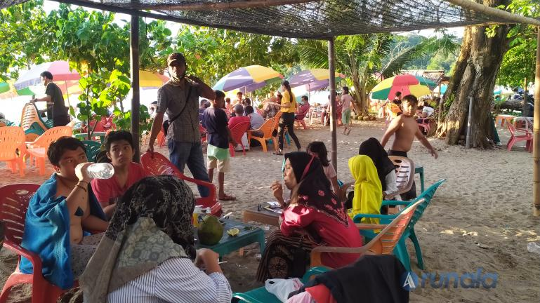Suasana para pengunjung yang berakhir pekan di kawasan wisata pantai Kampoeng Tingga di Pantai Air Manis, Padang, Minggu (20/12). (Foto : Arzil)