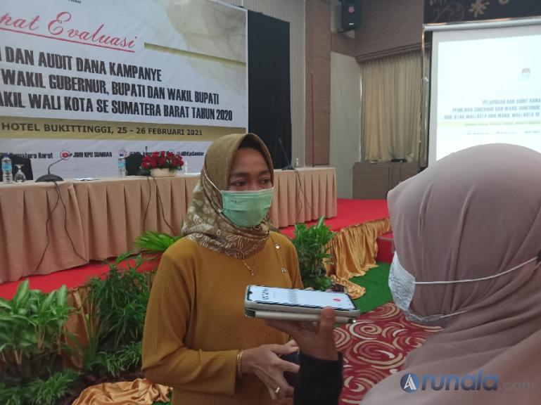 Ketua KPU Sumbar Yanuk Sri Mulyani beri keterangan usai menggelar rapat evaluasi pelaporan dana kampanye pilkada serentak 2020 di Sumbar, Jumat (26/2). (Foto : Arzil)