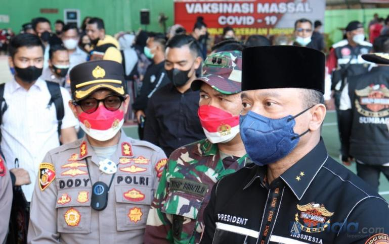 Kapolda Sumbar, Irjen Pol Teddy Minahasa Putra meninjau vaksinasi massal di GOR Bermawi Kota Bukittinggi, Sabtu (25/9). (Foto : Derizon)