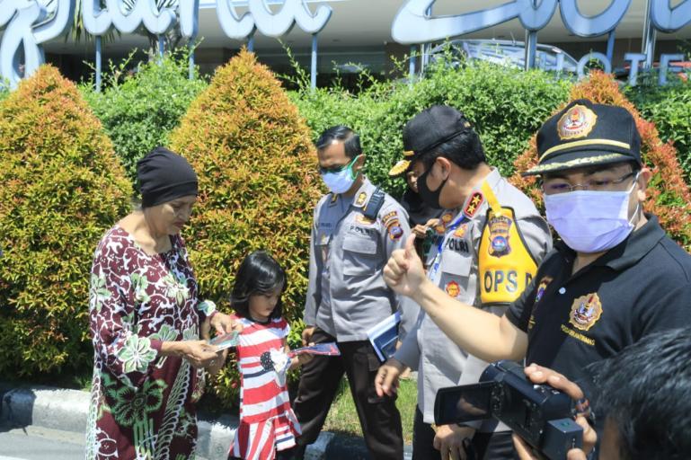Kapolda Irjen Pol Toni Harmanto didampingi jajarannya saat berikan masker pada masyarakat, Rabu (15/4). (Foto : Dyz)