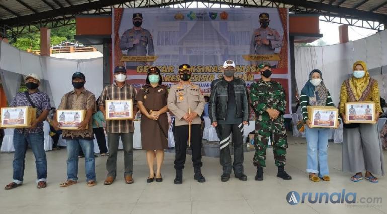 Kapolda Sumbar, Irjen Pol Teddy Minahasa tinjau pelaksanaan vaksinasi massal yang diadakan Polres Pessel, Sabtu (2/10). (Foto : SNM)