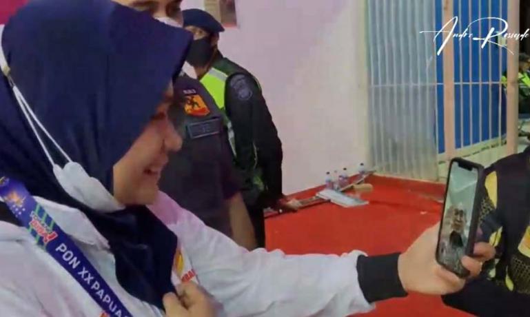 Ketua FORKI Sumbar Andre Rosiade memberikan semangat dengan melakukan video call langsung dengan peraih perak Fadila Rahmi. (Dok : Istimewa)
