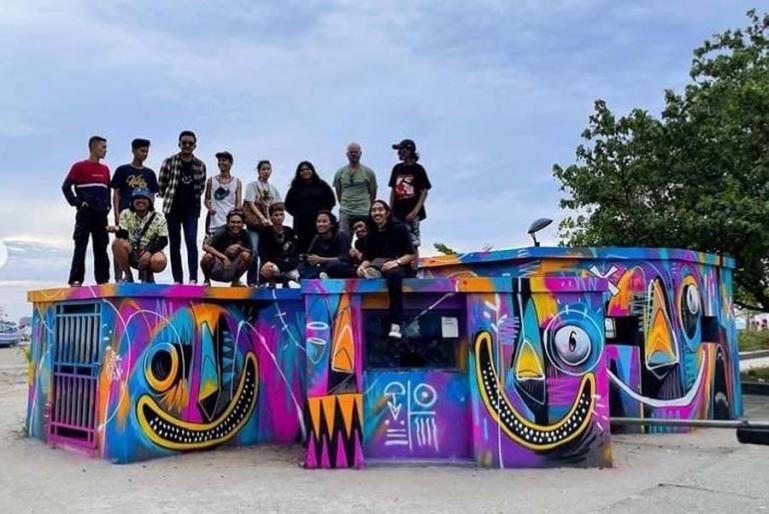 Pelukis Mural ternama, Herzven bersama tim usal membuat lukisan Mural di kawasan Muaro Pantai Gandoriah, Pariaman beberapa waktu lalu. (Dok : Istimewa)