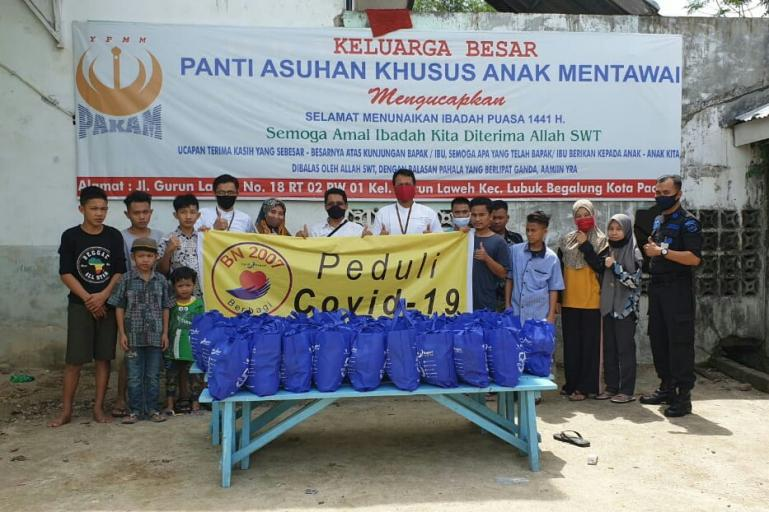 Perwakilan karyawan Bank Nagari angkatan 2007 M Riza Harry Susanto, Ulfadri dan Sadella saat menyerahkan bantuan ke Panti Asuhan Mentawai. (Dok : Istimewa)