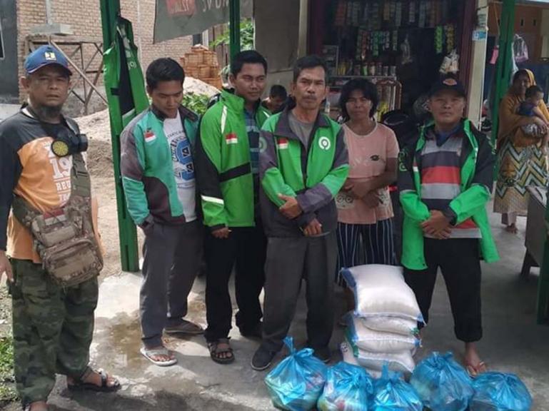 Sejumlah Driver Ojol di Padang saat menerima bantuan sembako dari KASMA 1 Padang, Minggu (5/4). (Foto : ist)