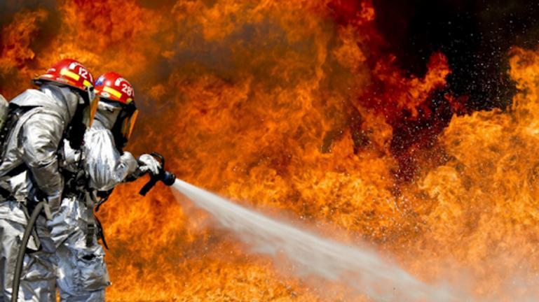 Ilustrasi petugas pemadam kebakaran memadamkan kobaran api, (Dok : Istimewa)