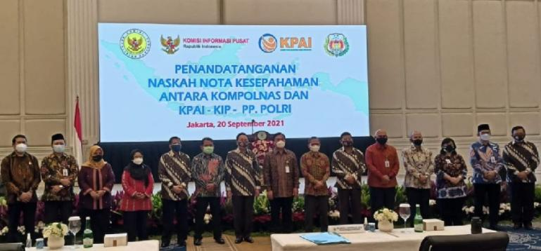 Komisi Informasi (KI) Pusat, bersama Kompolnas seusai penandatanganan MoU di Gedung PP (Purnawirawan Polisi) Polri Jakarta Selatan, Senin (20/9). (Dok : Istimewa)