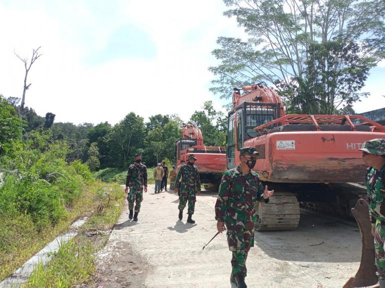 Dandim 0319/Mentawai Letkol Czi Bagus Mardianto, memantau lokasi yang akan dilakukan kegiatan TMMD di Mentawai, Senin (8/2). (Dok : Istimewa)